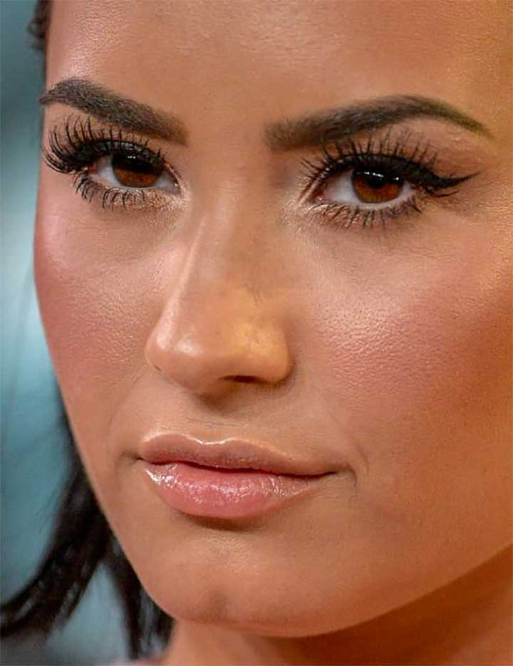 Wearing The Wrong Color Foundation: Demi Lovato Bad Foundation