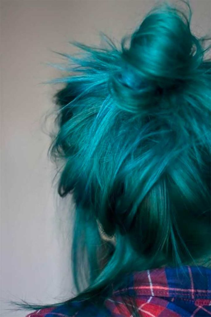 What colors go with turquoise hair?